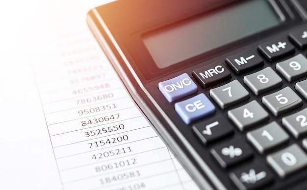 Rechner auf weißem papier mit zahlen. geschäfts- und finanzbuchhaltungskonzept.