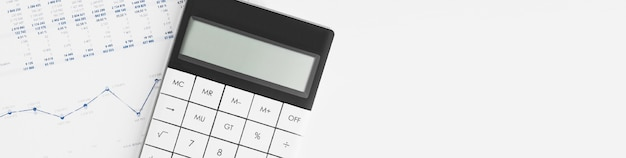 Rechner für jahresabschluss und bilanz auf dem schreibtisch des abschlussprüfers. konzept des buchhaltungs- und prüfungsgeschäfts.