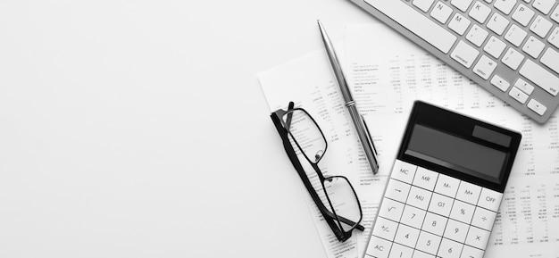 Rechner für jahresabschluss und bilanz auf dem schreibtisch des abschlussprüfers. konzept des rechnungslegungs- und prüfungsgeschäfts.