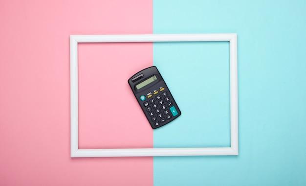 Rechner im weißen rahmen auf rosa blauer pastelloberfläche