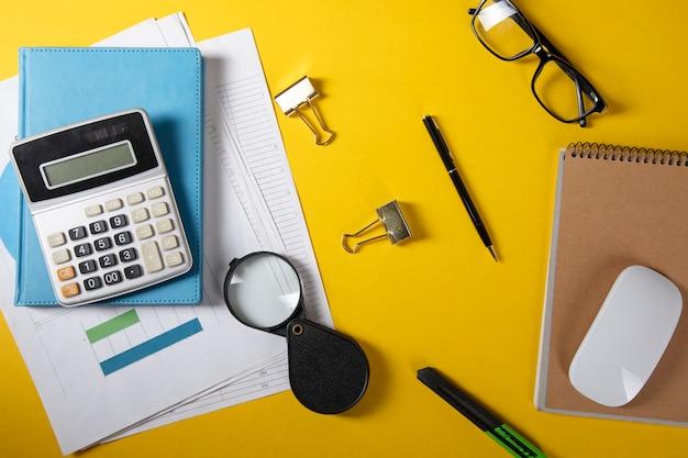 Rechner mit notebook und computermaus und lupe auf dem tisch