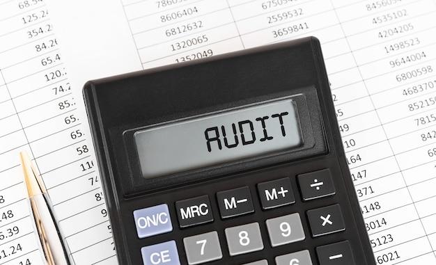 Rechner mit text audit auf dem display, konzept