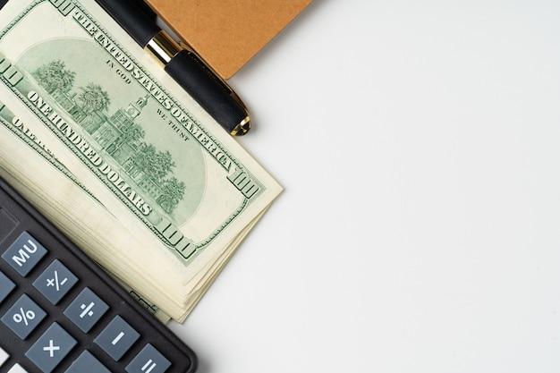 Rechner mit us-dollars stapeln nahes hohes