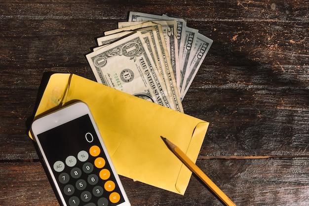 Rechnungen auf einem holztisch, geld zählen