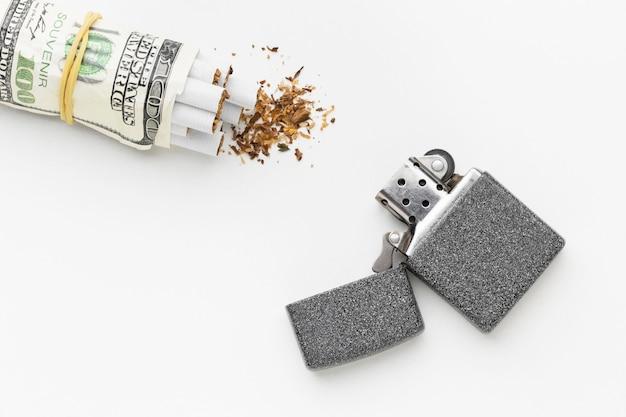 Rechnungen mit zigaretten und feuerzeug