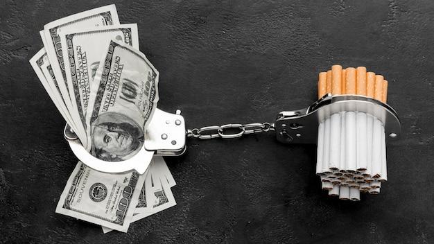 Rechnungen und zigaretten mit handschellen gefesselt