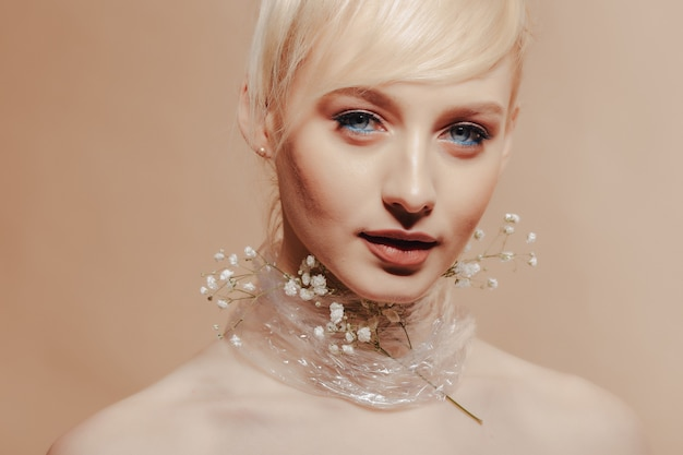 Recht attraktives mädchen mit dem blonden haar, modeschießen
