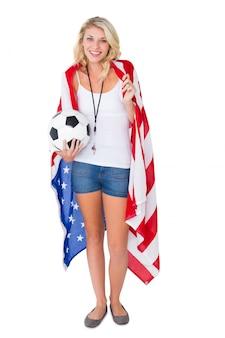 Recht blonder fußballfan, der usa-flagge trägt