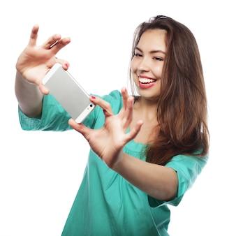 Recht jugendlich mädchen, das selfies nimmt