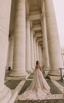 Recht junge braut im hochzeitskleid im vatikan