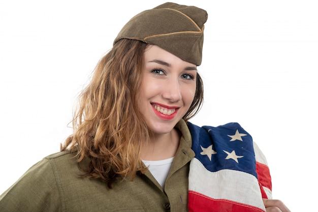 Recht junge frau in uniform ww2 wir mit amerikanischer flagge