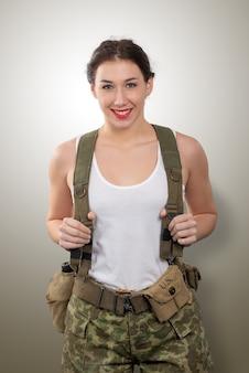 Recht junge frau kleidete in der amerikanischen militäruniform wwii an