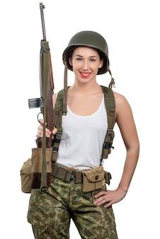 Recht junge frau kleidete in der wwii-militäruniform an, die auf dem weißen hintergrund lokalisiert wurde