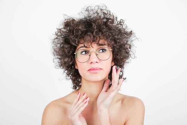 Recht junge frau mit brillen gegen weißen hintergrund