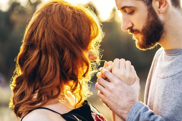 Recht junge romantische paare verbringen zeit zusammen im freien.