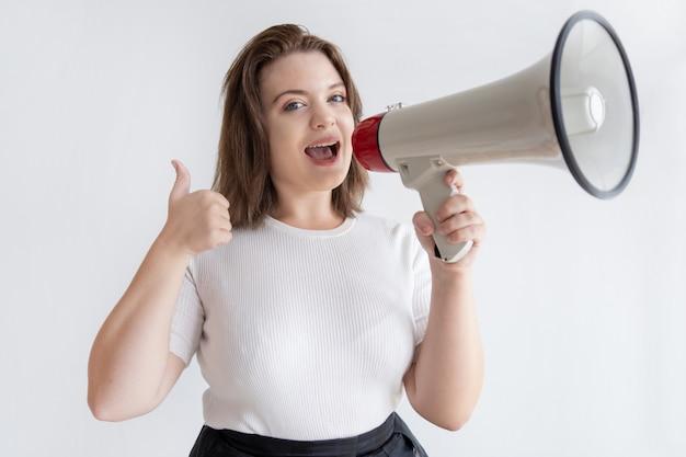 Recht junger marketingmanager, der in lautsprecher schreit