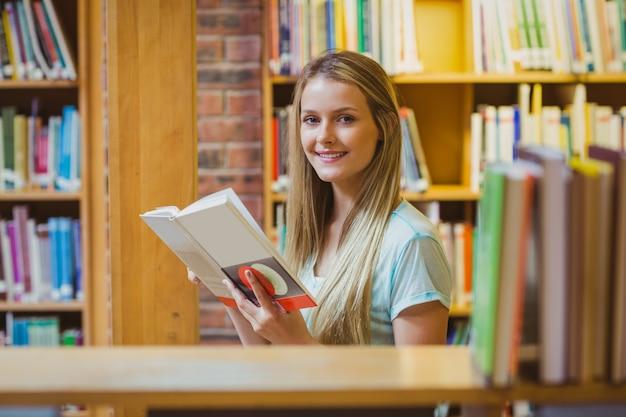 Recht junges blondes lesebuch in der bibliothek