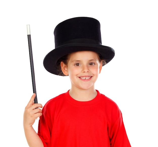 Recht kleines mädchen, das magie mit einem zylinder und einem magischen stab tut