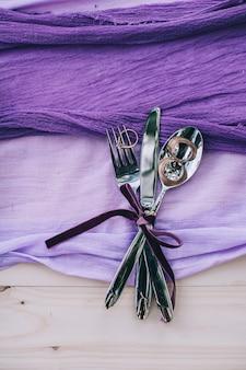 Recht purpurrotes tupfenhochzeitstabellengedeck auf weißer schäbiger schicker tabelle mit gerade verheiratetem tag