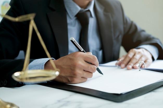 Recht, rechtsdienstleistungen, beratung, justiz und rechtskonzept. männlicher anwalt im büro mit messingskala. Premium Fotos