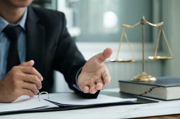 Recht, rechtsdienstleistungen, beratung, justiz und rechtskonzept. männlicher anwalt im büro mit messingskala.