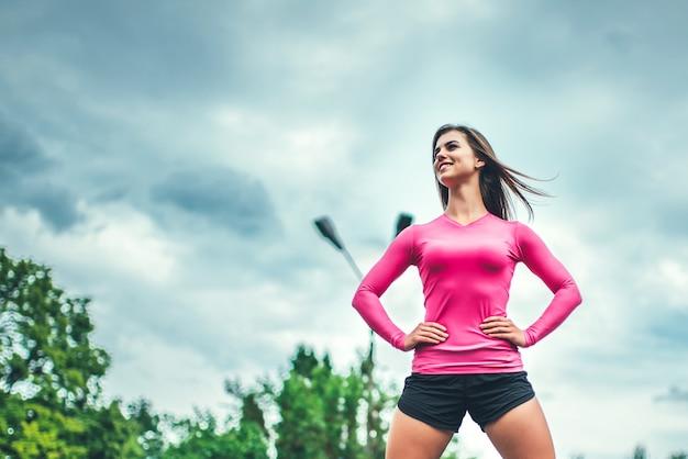 Recht sportliches mädchentraining im freien mit großem reifen
