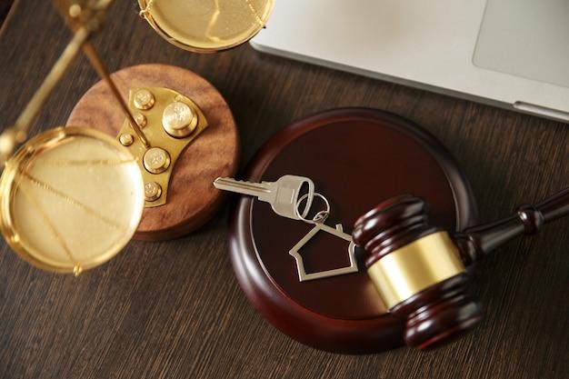 Recht und gerechtigkeit, legalitätskonzept, rechtsbibliothek, richter gavel andold vintage key auf schwarzem holzhintergrund.