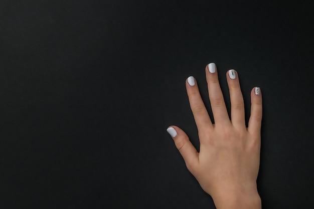 Rechte weibliche hand mit einer stilvollen maniküre. hände pflegen.