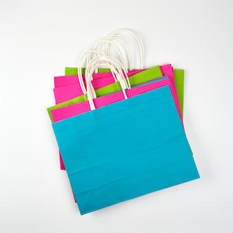 Rechteckige einkaufstaschen aus mehrfarbigem papier mit griffen