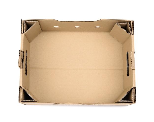 Rechteckige leere pappschachtel aus braunem papier auf weiß, schachtel ohne deckel für gemüse und obst mit löchern
