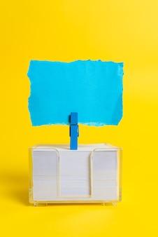 Rechteckige probenwürfelboxen, poliert mit mehrfarbigen symbolen, die die entwicklung des stabilitätswachstums symbolisieren