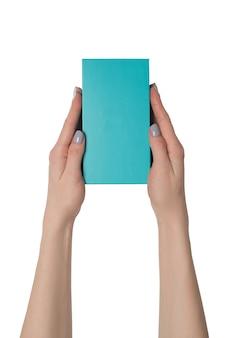 Rechteckige türkisfarbene box in weiblichen händen