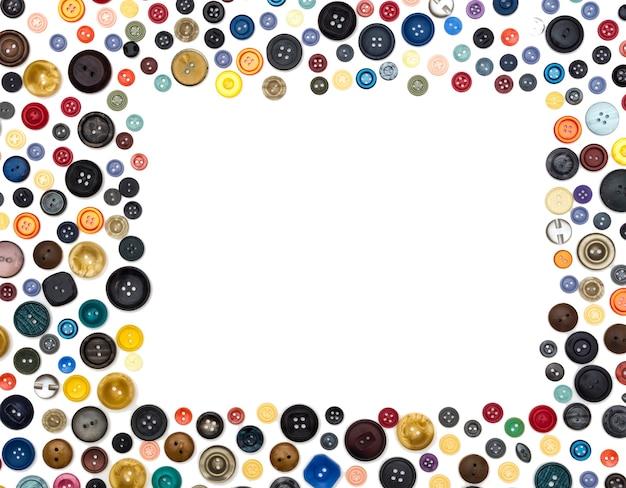 Rechteckiger rahmen mehrfarbige einfarbige knöpfe chaotisch auf einer weißen fläche angeordnet