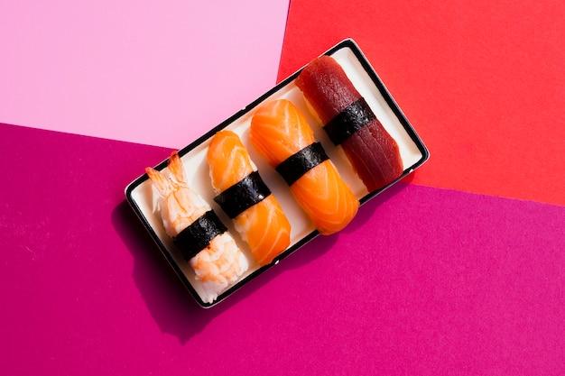 Rechteckiger teller mit sushi