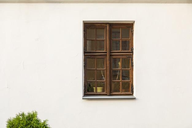 Rechteckiges holzfenster in weißer wand