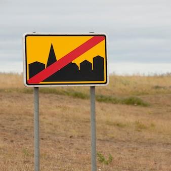 Rechteckroadsign, das gebäude in der landschaft verbietet