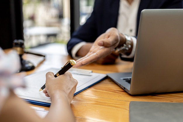 Rechtsanwälte oder rechtsanwälte beraten mandanten in verleumdungsfällen, sie sammeln beweise, um die parteien auf schadensersatz zu belangen. das konzept der diffamierungsfallberatung.