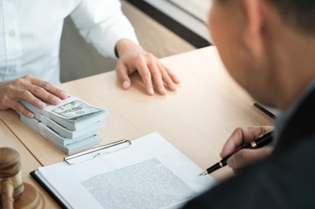 Rechtsanwalt auktionsangebot mit einem richter. auktionator knallt verkauf ab.