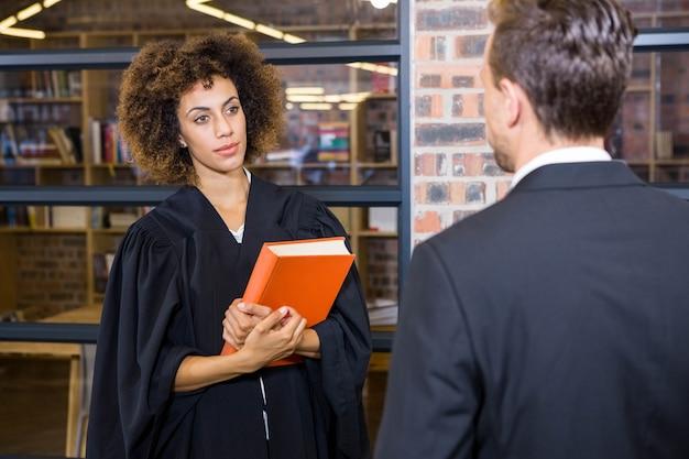 Rechtsanwalt, der auf geschäftsmann im büro einwirkt