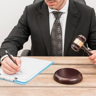 Rechtsanwalt, der dokument ausfüllt