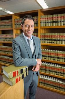 Rechtsanwalt in der juristischen bibliothek