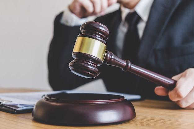 Rechtsanwalt in der klage oder rechtsanwalt, der an dokumenten in einer kanzlei im amt arbeitet. gesetzliches gesetz