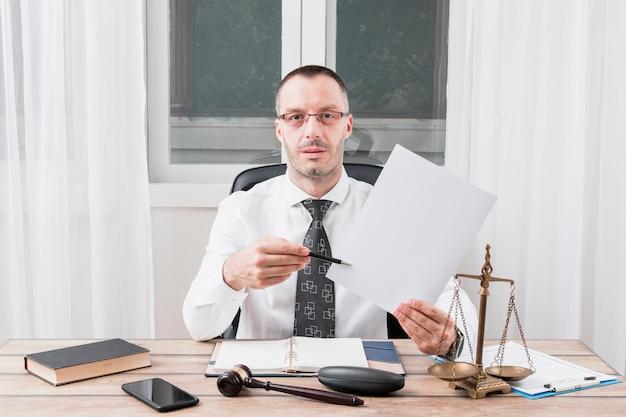 Rechtsanwalt mit dokument