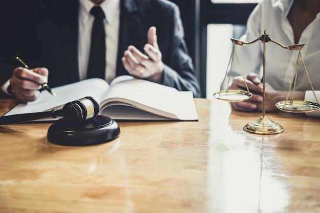Rechtsanwalt oder berater, die im gerichtssaal tätig sind, treffen sich mit dem klienten