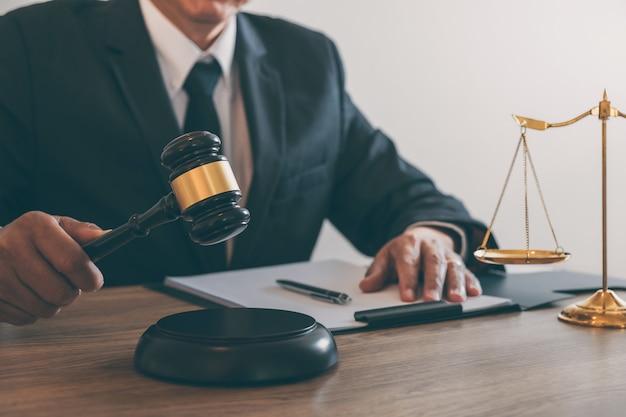 Rechtsanwalt oder notar, der an einem dokument und einem bericht über den wichtigen fall in der anwaltskanzlei arbeitet