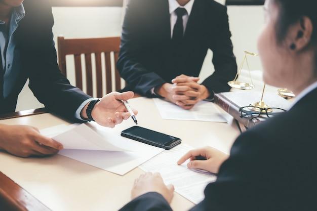 Rechtsanwalt und rechtsanwalt, der teamtreffen in der anwaltskanzlei hat.
