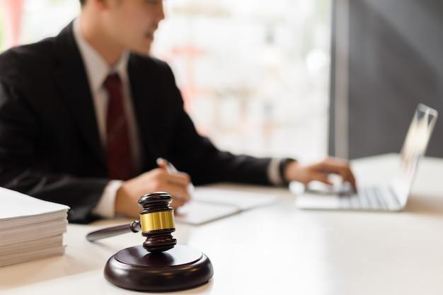 Rechtsberater, der mit laptop-computer arbeitet. rechtsberater mit technologiekonzept
