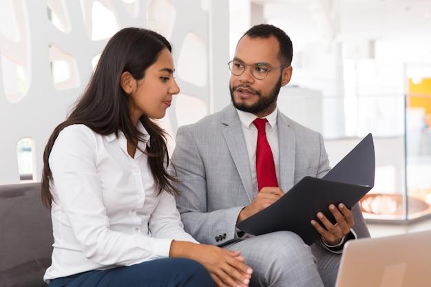Rechtsexperte, der dem kunden dokumentenspezifika erklärt