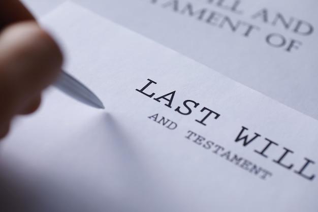 Rechtskonzept. das verfahren zum verfassen des letzten willens. papiere mit testament auf dem tisch. eintragung des letzten willens und testaments.
