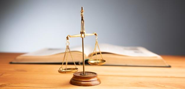 Rechtskonzept, waage der gerechtigkeit und buch